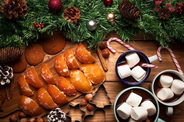 Bovenaanzicht warme chocolademelk met snoep Gratis Foto