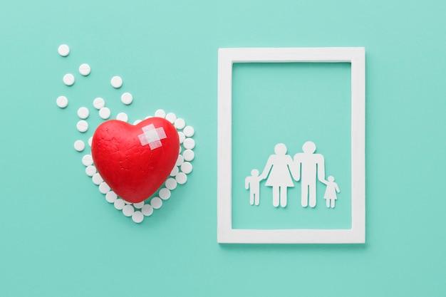 Bovenaanzicht wereld hart dag concept met familie frame Gratis Foto