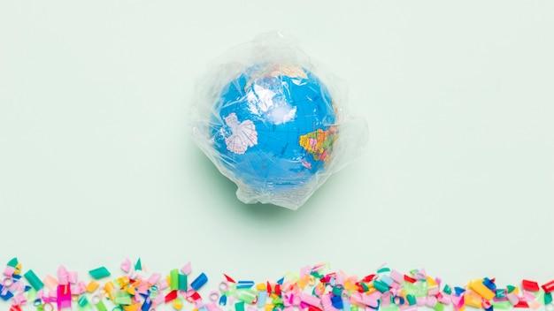 Bovenaanzicht wereldbol bedekt met plastic Gratis Foto