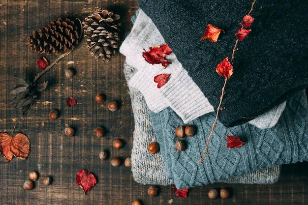 Bovenaanzicht winter truien met dennenappels Gratis Foto