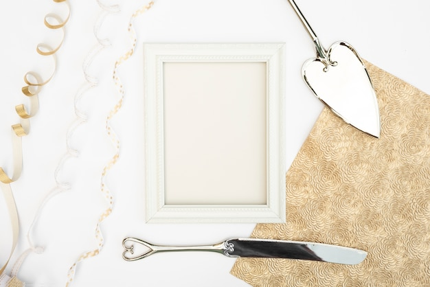 Bovenaanzicht wit frame met bestek Gratis Foto