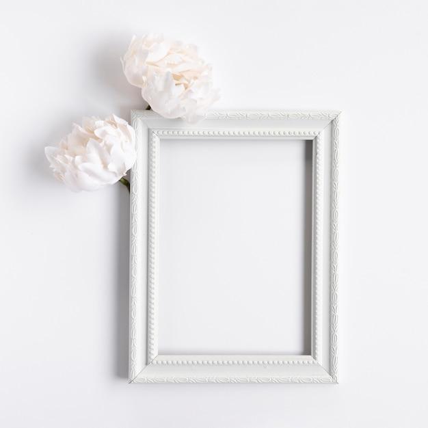 Bovenaanzicht wit frame met bloemen Gratis Foto