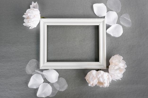 Bovenaanzicht wit frame met grijze achtergrond Gratis Foto