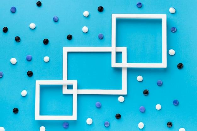 Bovenaanzicht wit frame met kleurrijke kiezelstenen Gratis Foto