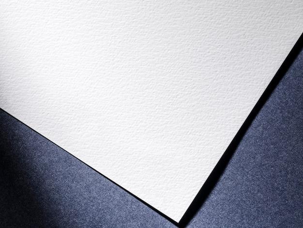 Bovenaanzicht witboek op blauwe achtergrond Gratis Foto