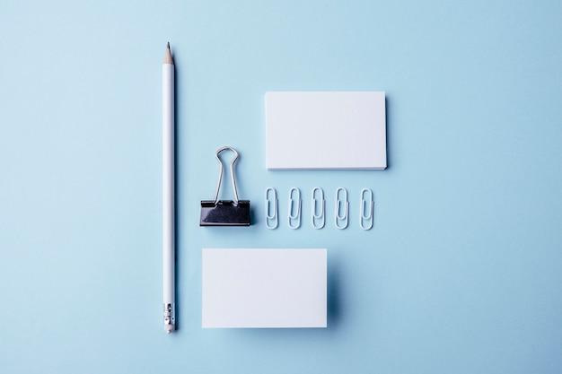 Bovenaanzicht witte briefpapier items en visitekaartjes Gratis Foto