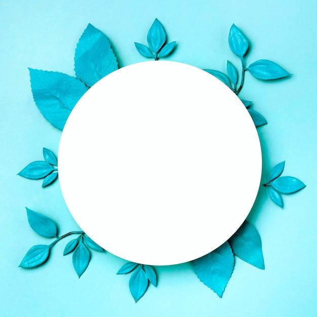Bovenaanzicht witte cirkel omgeven door groen verlof Gratis Foto