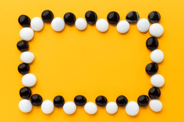 Bovenaanzicht witte en zwarte kiezelstenen frame Gratis Foto