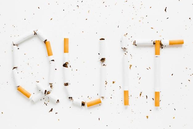 Bovenaanzicht woorden gemaakt door cigarretes Gratis Foto