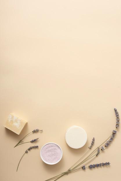Bovenaanzicht zeep met lavendel naast Gratis Foto