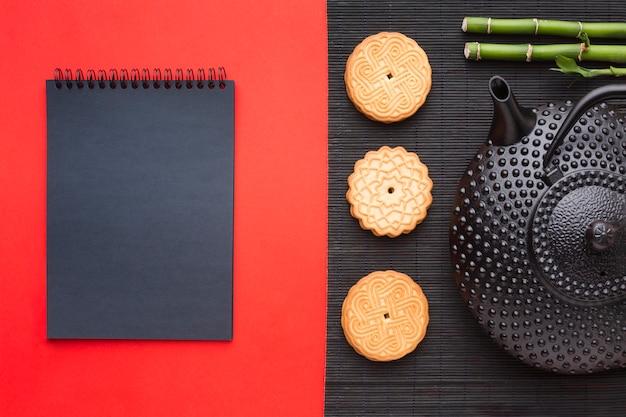 Bovenaanzicht zelfgemaakte koekjes met theepot Gratis Foto