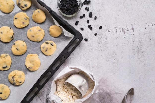 Bovenaanzicht zelfgemaakte koekjes op een dienblad Gratis Foto