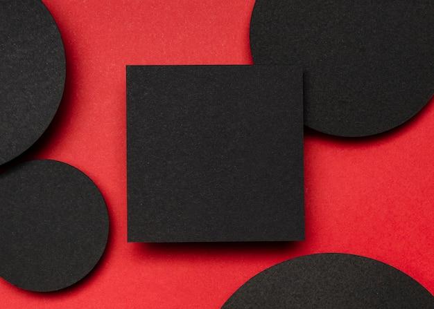 Bovenaanzicht zwart stuk papier en stippen Gratis Foto