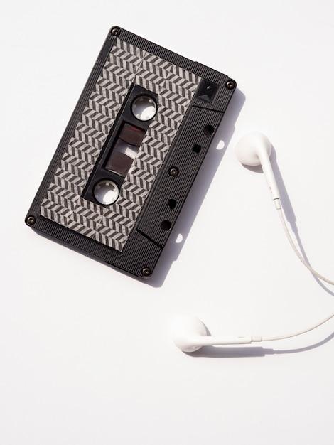 Bovenaanzicht zwarte cassette met oortelefoons Gratis Foto