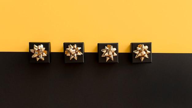Bovenaanzicht zwarte geschenkdozen met gouden linten Gratis Foto