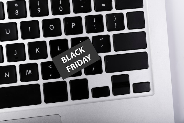Bovenaanzicht zwarte vrijdag sticker op toetsenbord Gratis Foto