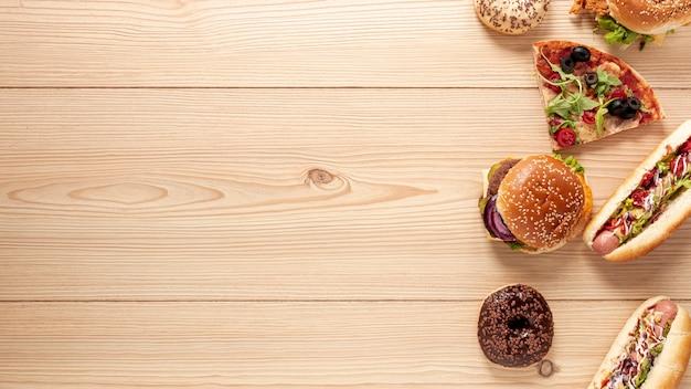 Bovenaanzichtdecoratie met heerlijk eten en kopie-ruimte Premium Foto