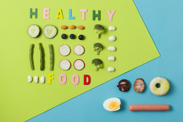 Bovenaanzichtvergelijking tussen groenten en vlees Gratis Foto