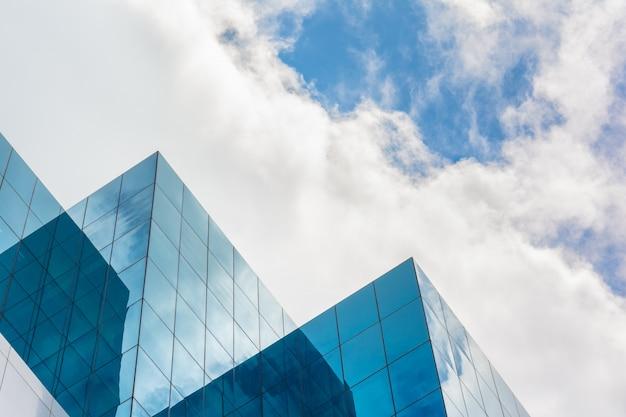 Bovenkant van wolkenkrabberzaken die op blauwe hemel voortbouwen Premium Foto