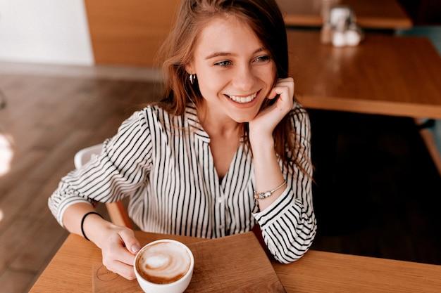 Bovenop geschoten van mooi schattig meisje in trendy blouse Gratis Foto