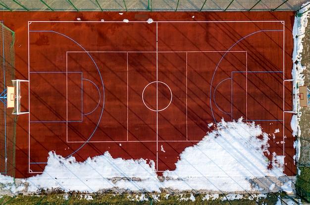 Bovenste grafische weergave van basketbal, volleybal of voetbalveld veld rode achtergrond, drone fotografie. Premium Foto