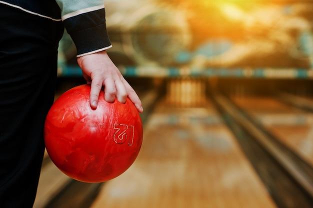 Bowlingbal bij de hand van de mens, jeu de boules baan Premium Foto