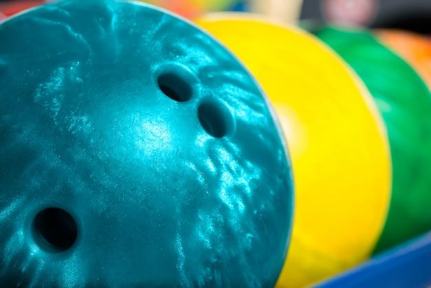 Bowlingballen in bowling of bowlingbaan Premium Foto