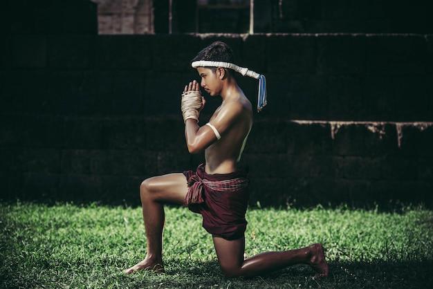 Boxers binden het touw in hun handen en handen om de leraar te respecteren. Gratis Foto