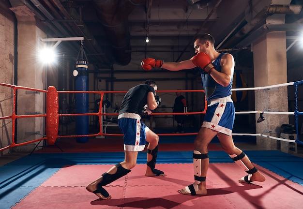 Boxers trainen kickboksen in de ring bij de health club Premium Foto