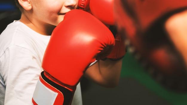 Boy training boksen oefening bewegingsconcept Premium Foto
