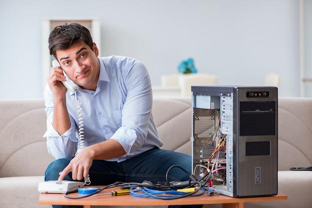 Boze klant die computer met telefoonsteun probeert te herstellen Premium Foto