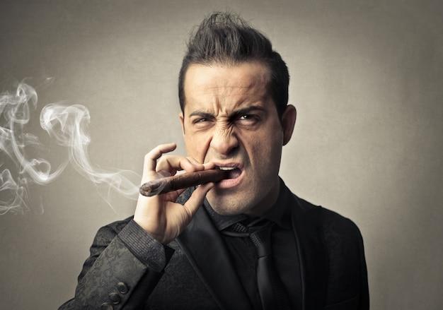 Boze maffioso die een sigaar rookt Premium Foto
