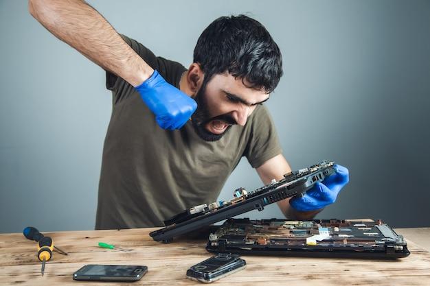 Boze reparateur handcomputer op tafel Premium Foto