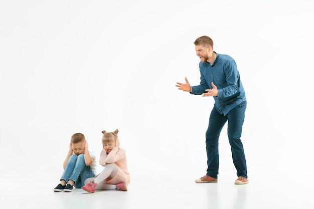 Boze vader die zijn zoon en dochter thuis uitscheldt. Gratis Foto