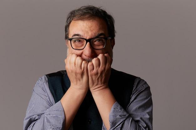 Boze volwassen man die gek wordt Premium Foto