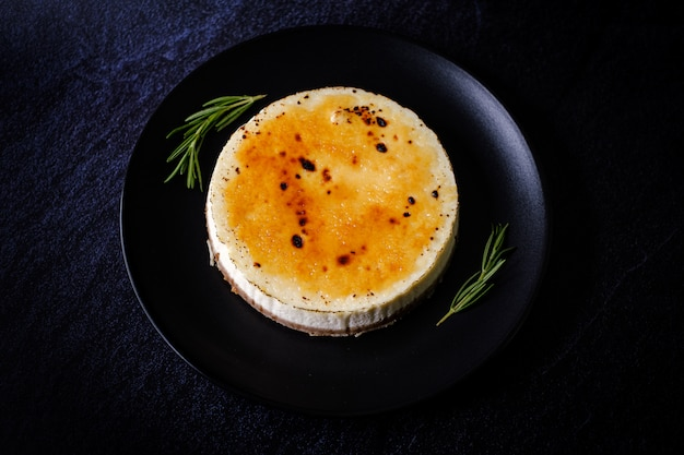 Braadpan taart van crème brule kwarktaart van kwark Premium Foto