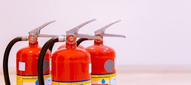 Brandblussers beschikbaar in brand noodsituaties. Premium Foto