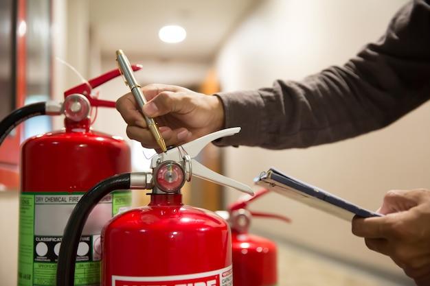 Brandblussers, ingenieurs controleren brandblussers. Premium Foto