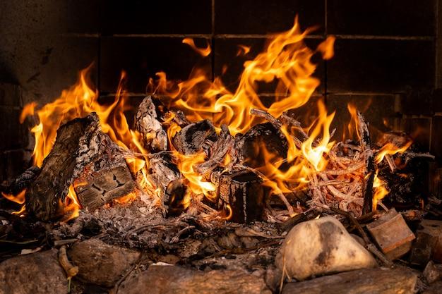 Branden in een barbecue vuur Premium Foto