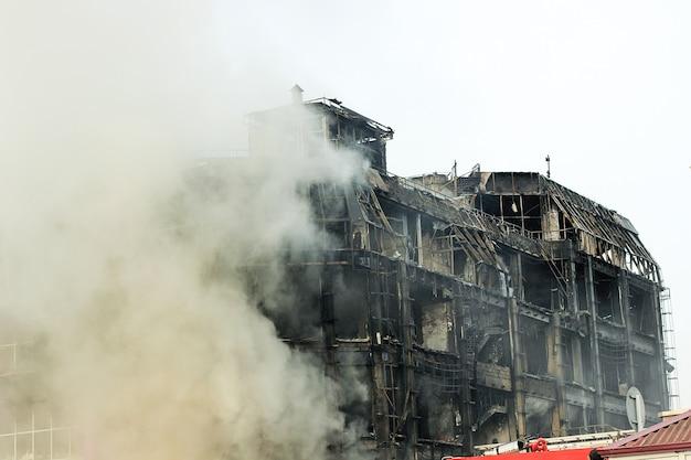Brandend winkelcentrum of winkelcentrum met rook Gratis Foto