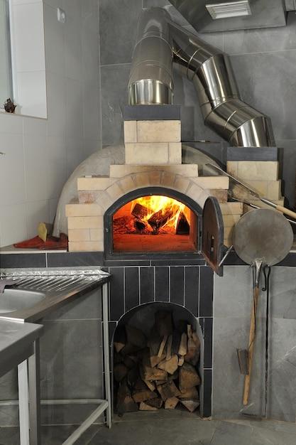 Brandhout branden in een pizzaoven Premium Foto