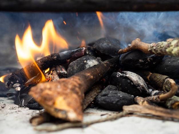 Brandhout in kampvuurplaats met rook Gratis Foto