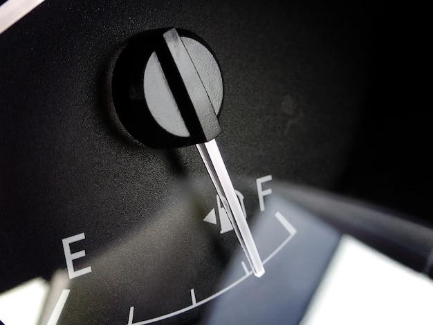 Brandstofmeter met naaldindicator op dashboard in een auto. Premium Foto