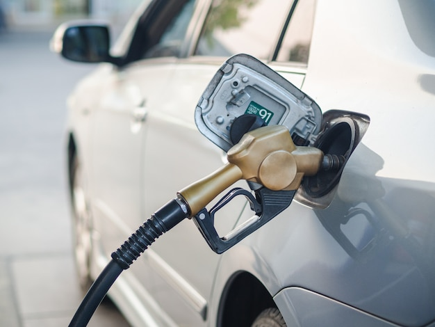 Brandstofpijp bijtankende een auto bij benzinestation Premium Foto