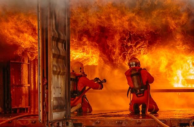Brandweerlieden die een vuur bestrijden Premium Foto