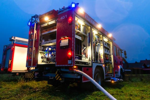 Brandweerwagen met lichten in inzet Premium Foto