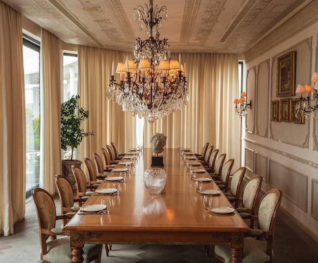 Brede eetzaal met klassiek design Gratis Foto