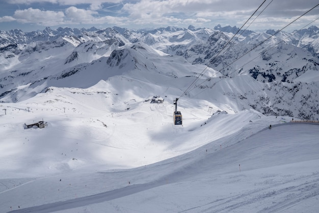 Brede opname van een kabelwagen in een besneeuwde berg Gratis Foto
