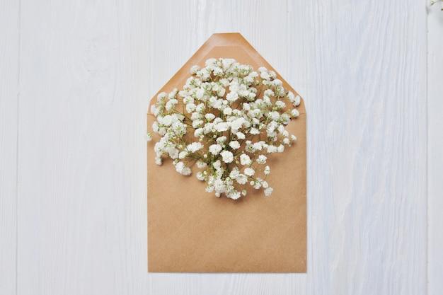 Brief met bloemen voor st. valentijnsdag in rustieke stijl Premium Foto