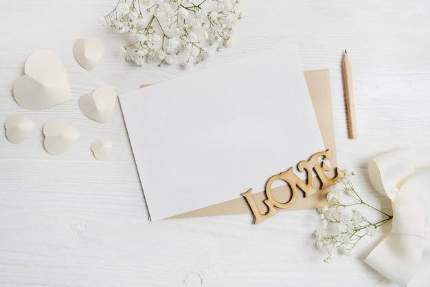Brief met pen wenskaart voor st. valentijnsdag in rustieke stijl met plaats voor uw tekst Premium Foto